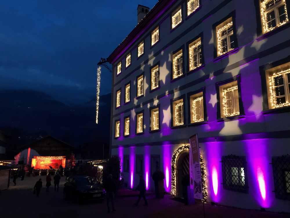 Der Weihnachtsmarkt im Zillertal: Weihnachtlich ist das Schloss in Fügen angeleuchtet