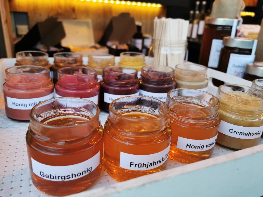 .. du kannst ganz viele verschiedene Honigsorten kaufen (und vorher probieren!)