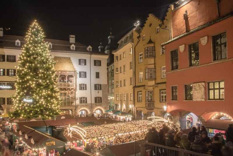 Zum Weihnachtsmarkt Innsbruck? - über 195 Weihnachtsstände gibt es auf den sechs Christkindlmärkten in Innsbruck, umgeben vom Karwendel, Foto: Advent in Tirol