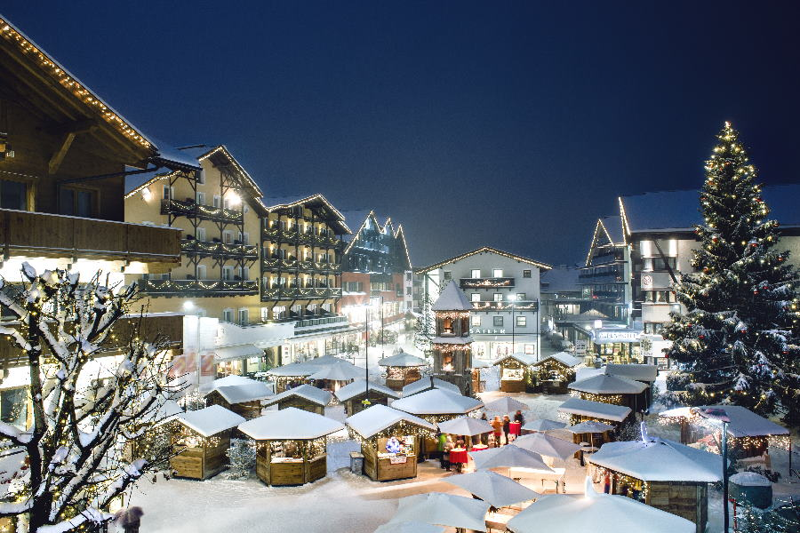 Der Weihnachtsmarkt Seefeld, die schön verschneiten Holzhütten im Advent, Bild: Seefeld Tourismus, Stephan Elsler