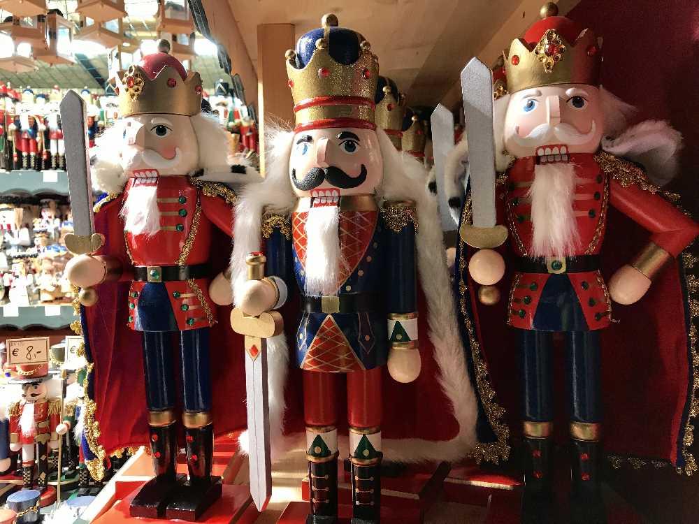 Einkaufen von weihnachtlichen Dingen auf dem Adventmarkt in Seefeld