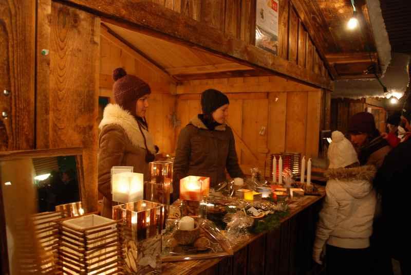 Weihnachtsmarkt Tegernsee mit den Ständen zum Bummeln am See in Bayern