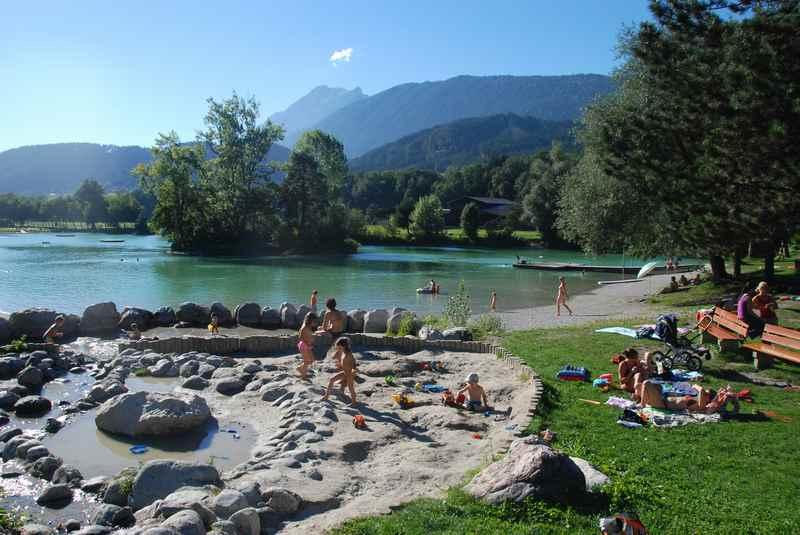 Beim Badesee Weißlahn der beliebte Wasserspielplatz in Tirol, hinten das Karwendel