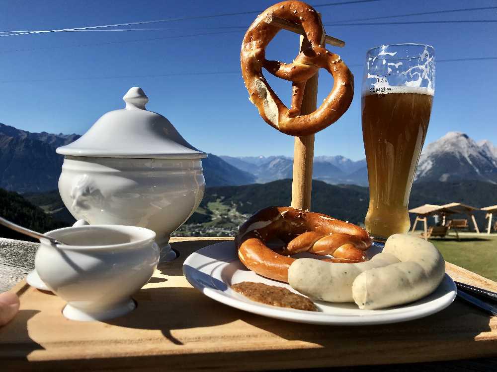 Und jeden Sonntag bekommst du hier von 9 bis 11 Uhr dieses stilechte Weisswurst-Frühstück!