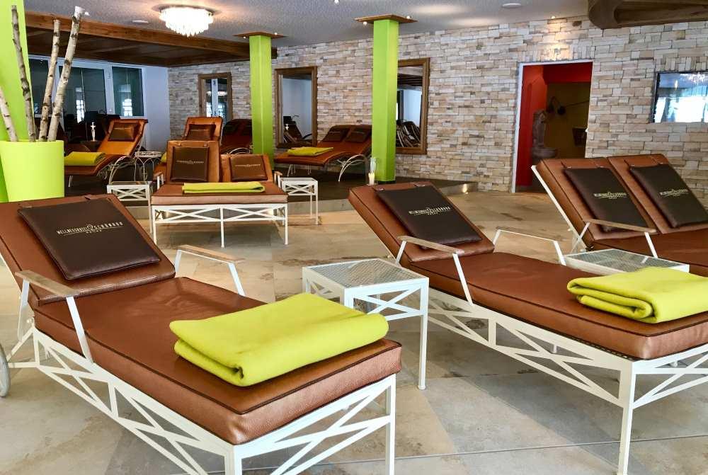 Hier lässt es sich zwischen den Saunagängen hervorragend entspannen - der große Ruheraum mit den Liegen