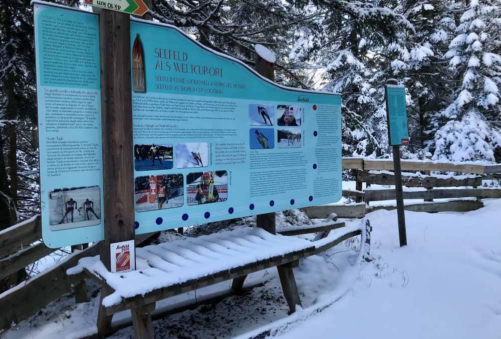 Unterwegs kommst du beim Winterwandern an diesem großen Schlitten vorbei - die Weltcup Geschichte von Seefeld wird erklärt