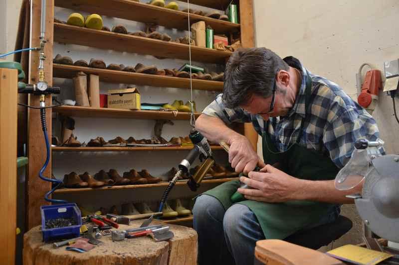 In der Werkstatt wird jedes Paar Holzschuhe nach Maß gefertigt