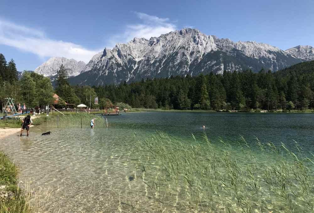 So schön liegt der Lautersee zwischen Wettersteingebirge und Karwendel in Mittenwald