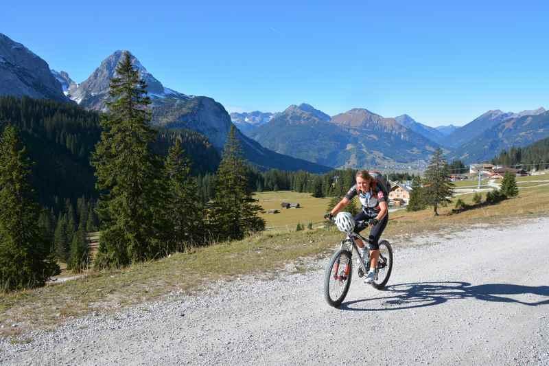 Im Wettersteingebirge mountainbiken in Richtung Seebensee bei Ehrwald, Tirol