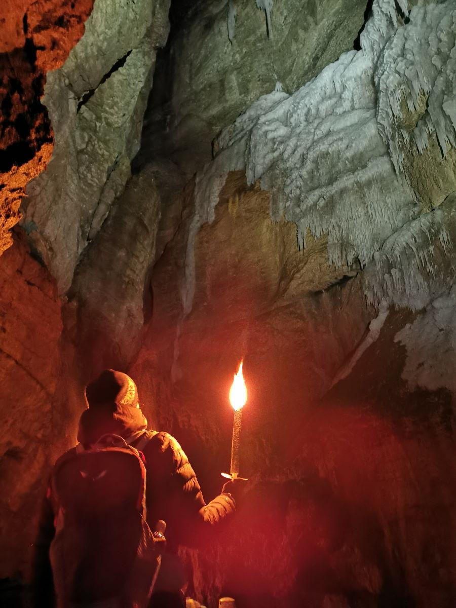 Wettersteingebirge wandern: Im Winter mit Fackeln durch die Partnachklamm