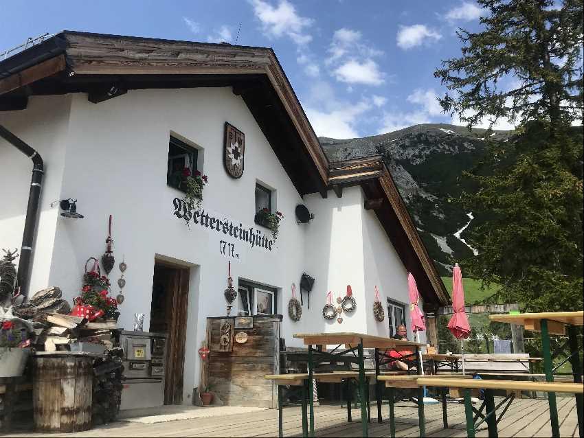 Wettersteinhütte MTB Tour - das ist die Terrasse auf der Hütte im Wettersteingebirge