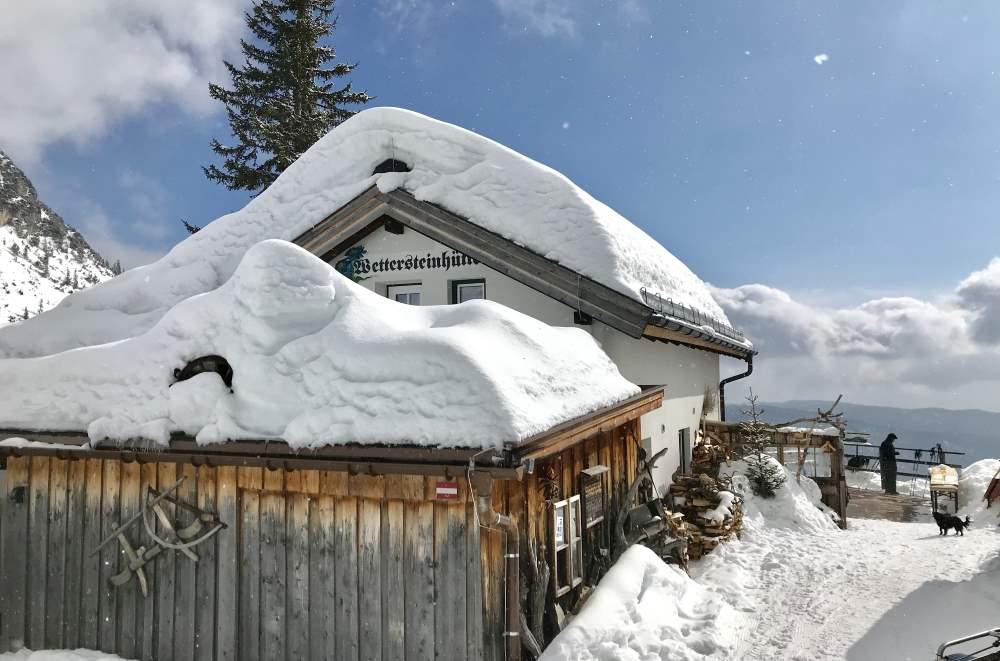 Schneewanderung Tirol: Das heutige Ziel und zugleich der Höhepunkt der mehrtägigen Winterwanderung - Die Wettersteinhütte in Leutasch