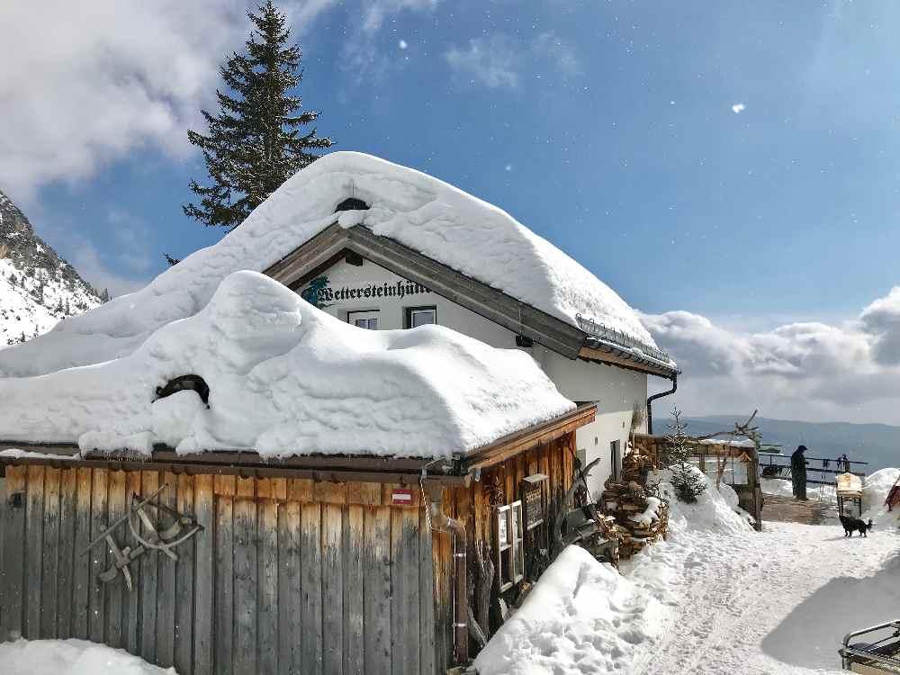 Die Wettersteinhütte ist das Ziel zum Rodeln im März!