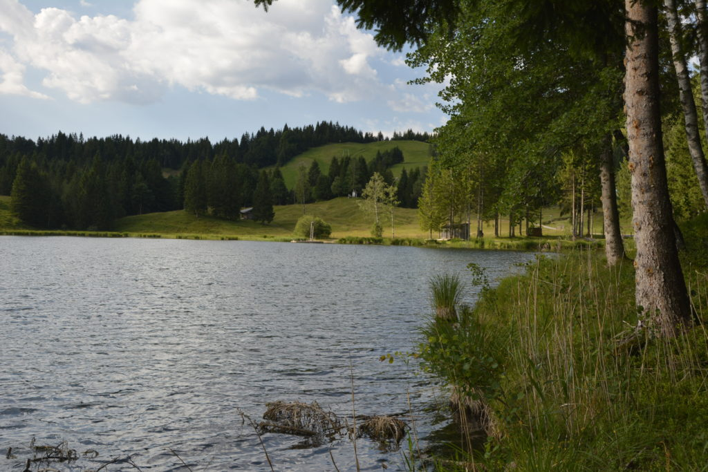 Die Wildenseehütte liegt direkt am Wildensee unterhalb vom Kranzberg Gipfel