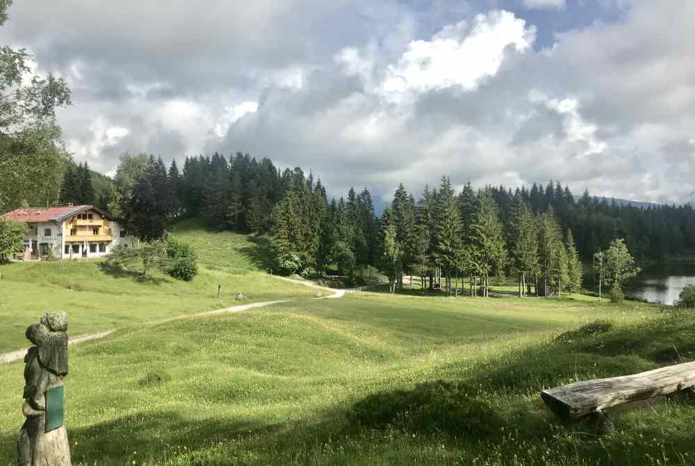 Links die Wildenseehütte mit dem Gasthof, Ferienwohnungen und Zimmern, rechts der Wildensee