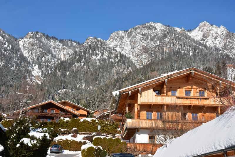 Der Alpbachtal Winter: Die verschneiten Holzhäuser verbreiten eine besondere Stimmung