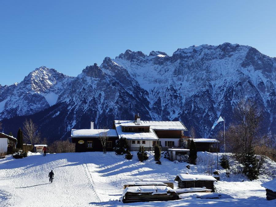 Winter Hütte Mittenwald: Die Korbinianhütte mit dem verschneiten Karwendel