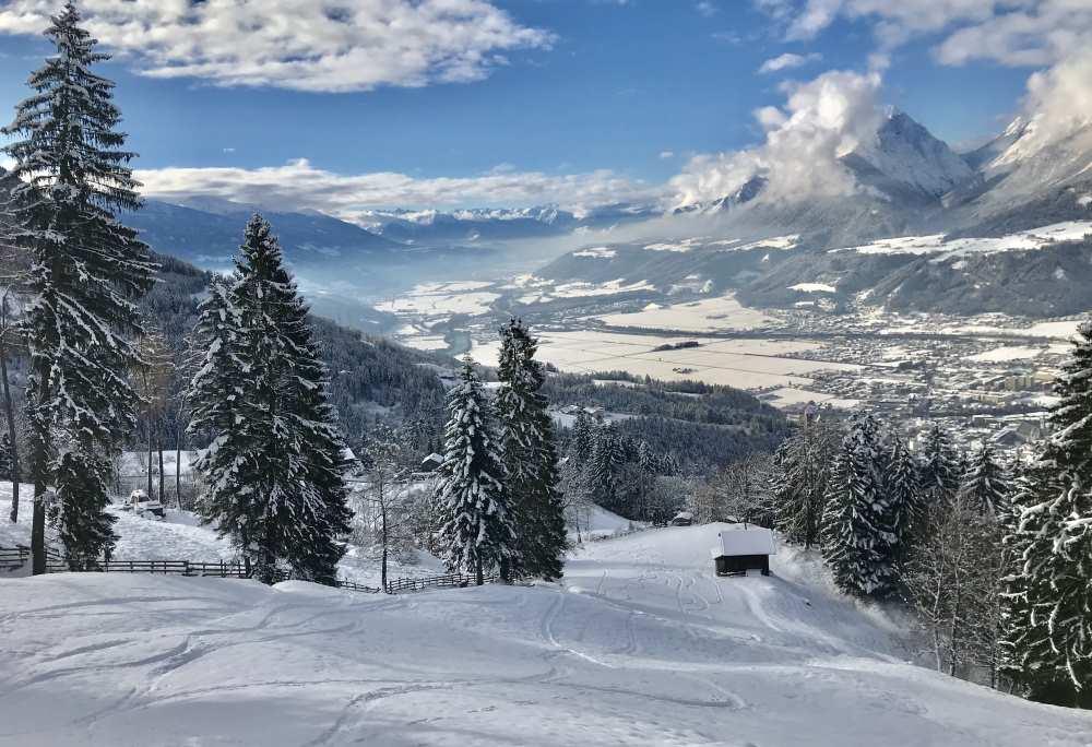 Karwendel Winter: Die ersten Spuren im frischen Pulverschnee ziehen...
