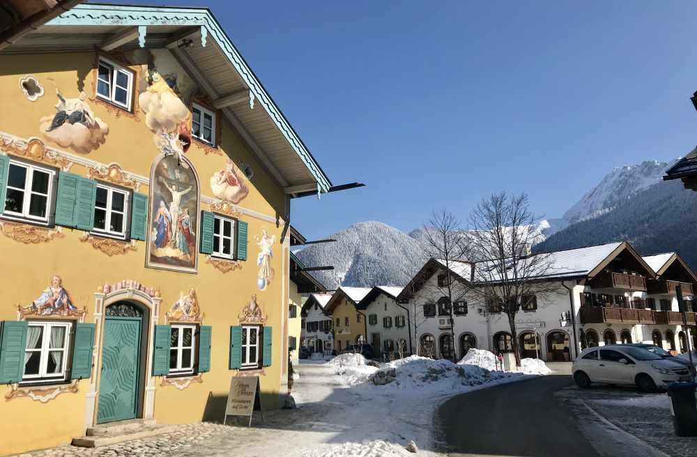 Der Mittenwald Winter ist romantisch mit den bunten Häusern und den verschneiten Bergen