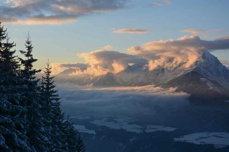 Schöne Sonnenuntergänge beim Schneeschuhwandern beobachten
