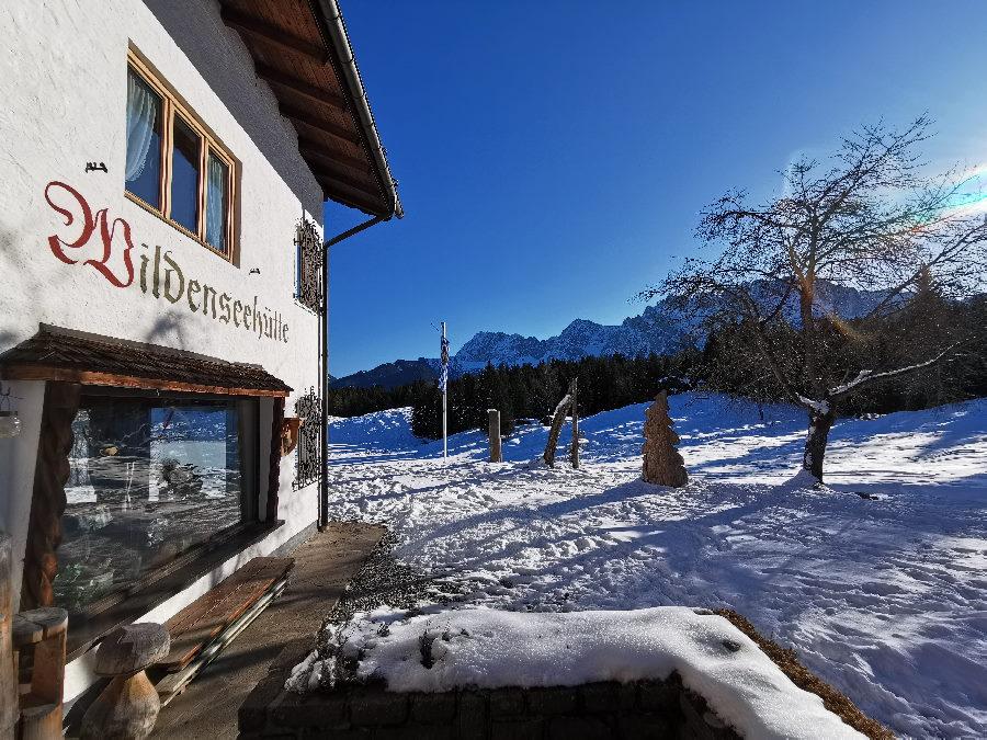 Sonnige Terrasse der Wildenseehütte mit Ausblick zum Karwendel
