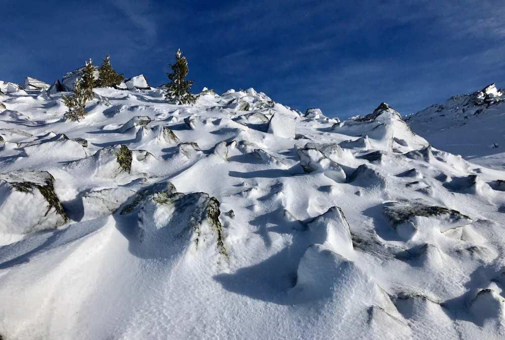 """Bizzare Winterlandschaft: Neben der Spur liegen die """"Eisschollen"""" - verschneite und angefrorene Steine"""