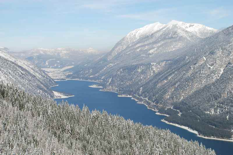 Achensee Winter: Verschneite Landschaft im Karwendel und Rofan