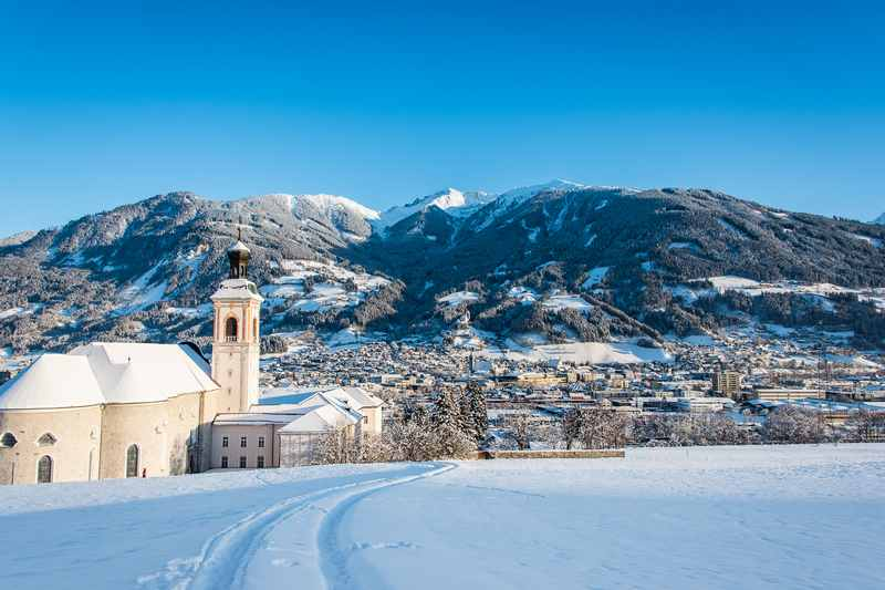 Winterurlaub Schwaz - Stift Fiecht mit dem Kellerjoch und der Stadt