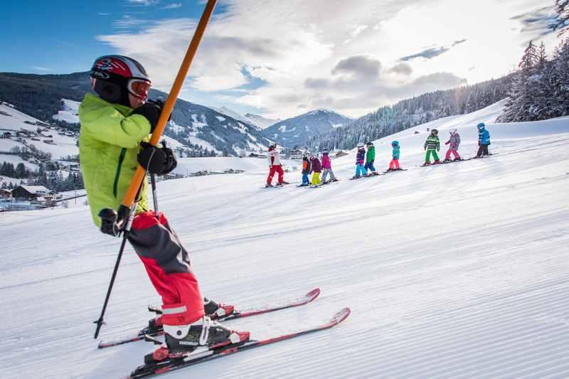 Kinder lernen das Skifahren im Karwendel, so wie hier auf dem Foto von Angélica Morales