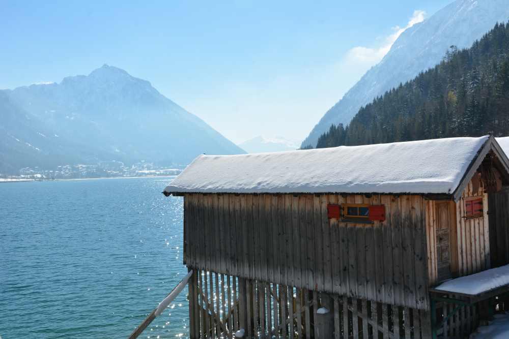 Sehr entspannend: Am Ufer des Achensee winterwandern mit Seeblick