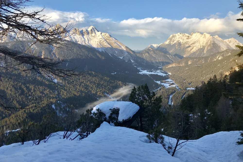 Vom Aussichtspunkt auf der Hochegg Alm Winterwanderung siehst du nach Scharnitz