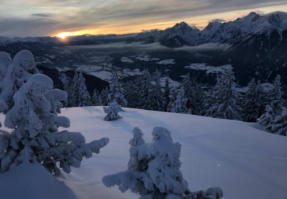 Mit dem letzten Sonnenlicht auf den Berg hinauf oder gar mit Stirnlampe - Nachtskitouren