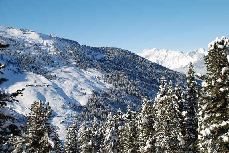 Bei der Winterwanderung sind die Tuxer Alpen und das Karwendel zu sehen