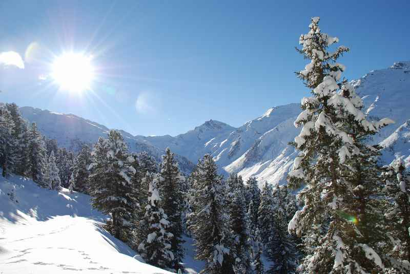 Die verschneite Winterlandschaft der Tuxer Alpen rund um die Weidener Hütte