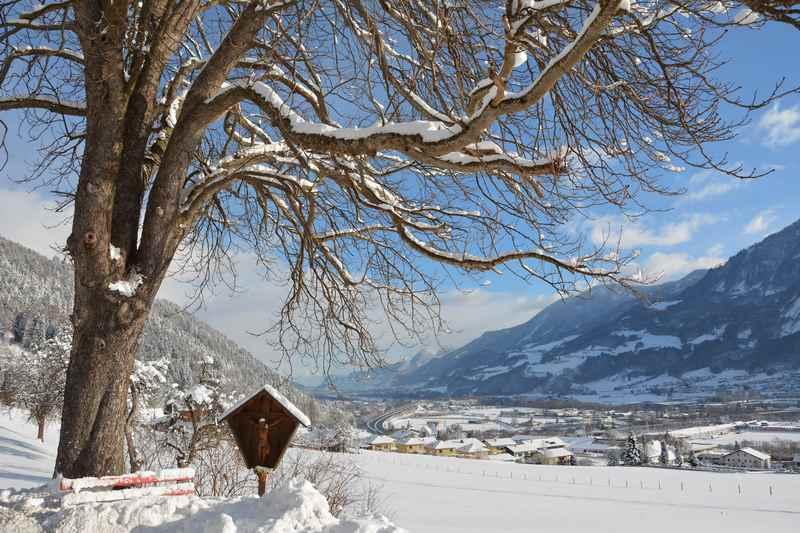 Sonnig Winterwandern in Tirol mit Ausblick auf das Inntal
