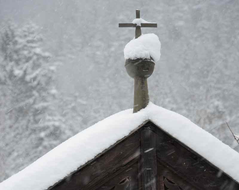 Winterwanderung in Hall in Tirol, stimmungsvoll mit frischem Schnee