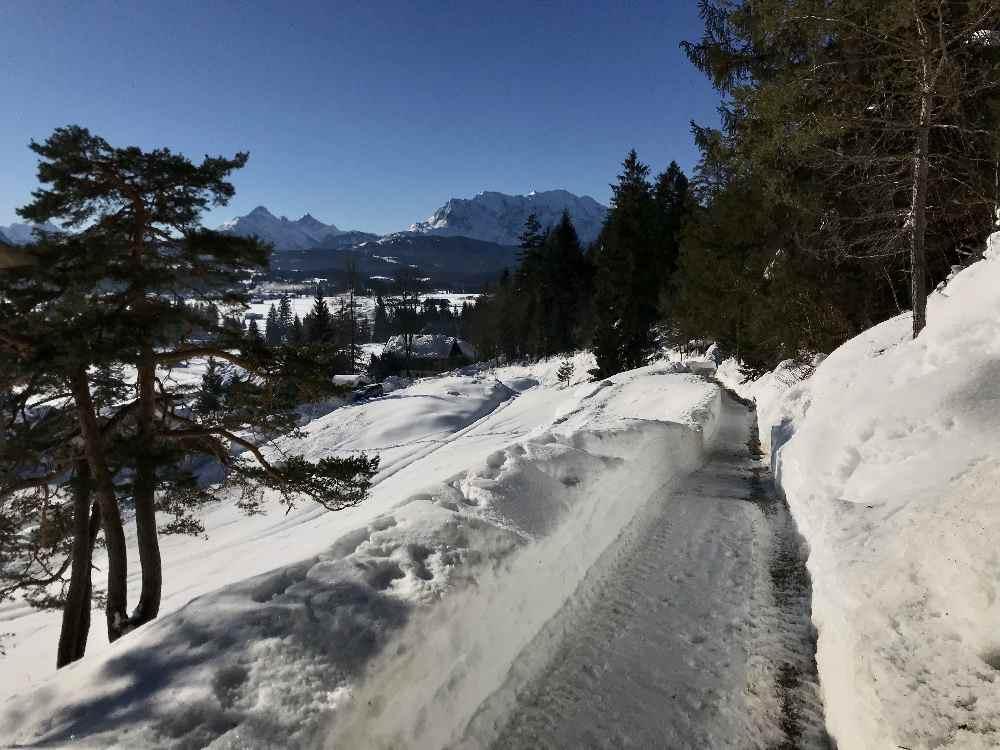 Auf dem geräumten Magdalena - Neuner - Panoramaweg führt die Winterwanderung in Wallgau hinauf
