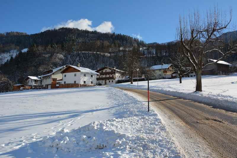 Vorbei an alten Bauernhäusern führt die Winterwanderung in Buch in Tirol am Fuße der Tuxer Alpen