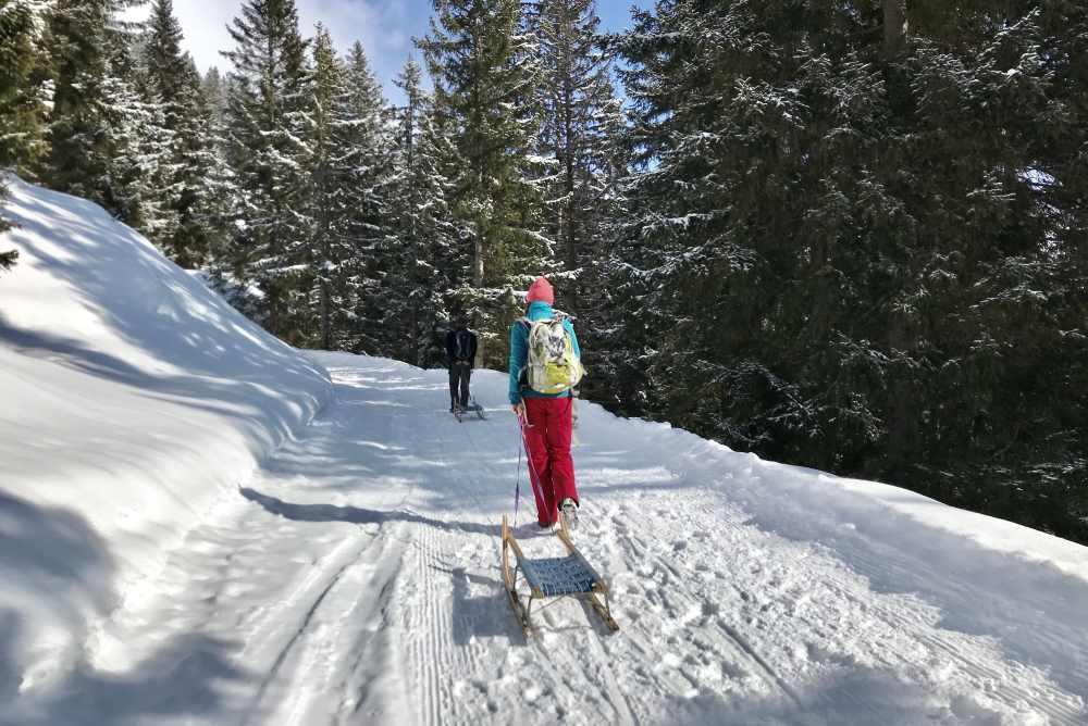 Schneewanderung Tirol: Immer weiter hinauf auf der Rodelbahn zur Wettersteinhütte