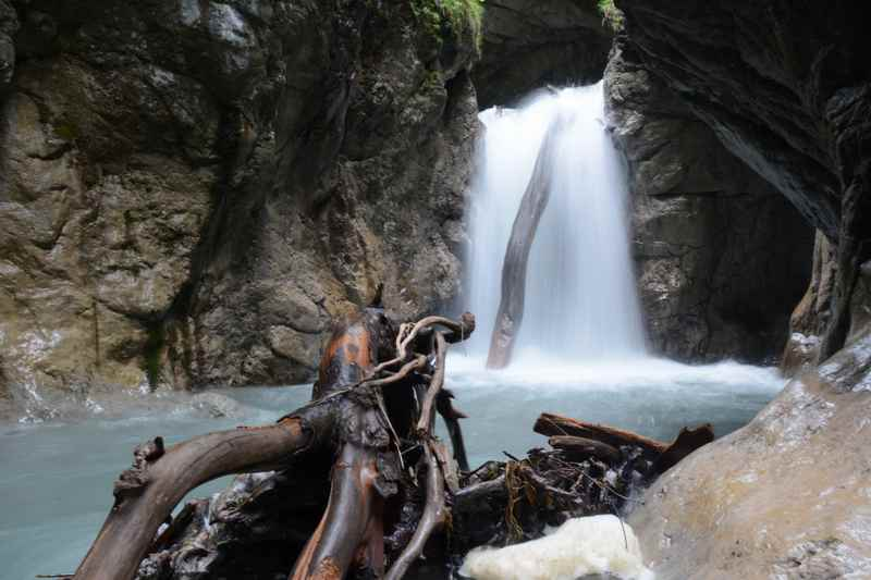 Die Karwendeltour - die bekannteste Hüttenwanderung im Karwendel - führt auch durch diese schöne Klamm, die Wolfsklamm