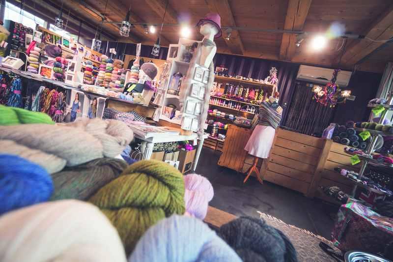 Über 300 Wollsorten, Garne und exklusives Strickzubehör in der Wollboutique in Kolsass, Foto: Tom Bause