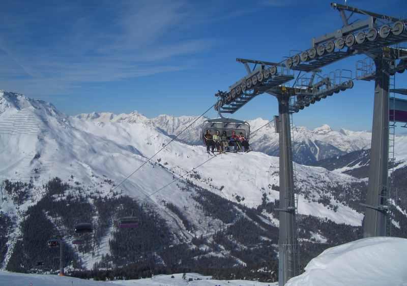 Skigebiet Hochfügen:  Hochgelegenes Skigebiet im Zillertal, hinten die Berge des Karwendel