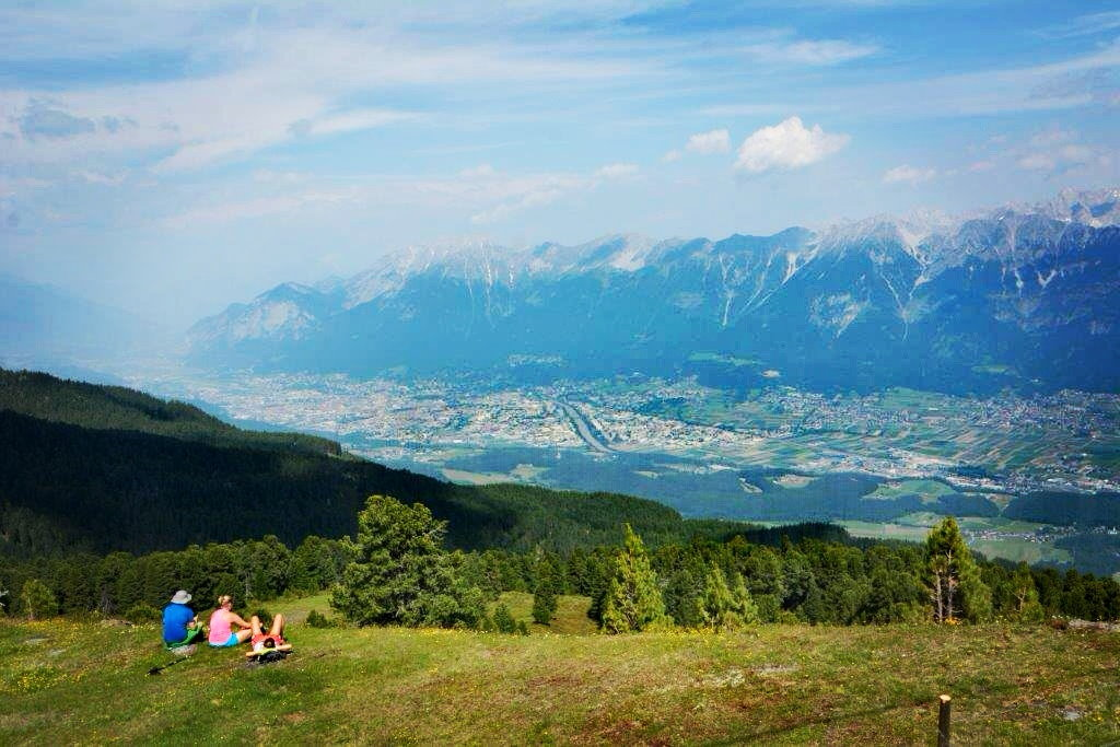 Mit der Glungezer Bergbahn kommst du zu diesem Ausblick über Innsbruck und das Karwendel