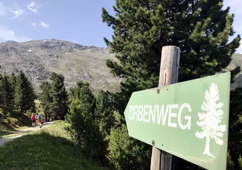 Die Wanderung auf dem Zirbenweg Innsbruck beim Glungezer beginnt