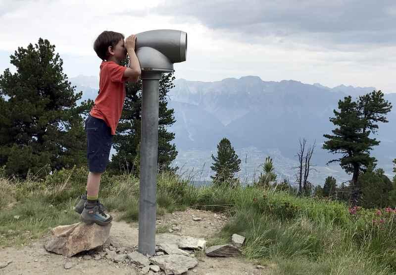 """Auf dem Zirbenweg Innsbruck sind auch große """"Ferngläser"""" aufgestellt - die Kinder freuen sich darüber"""