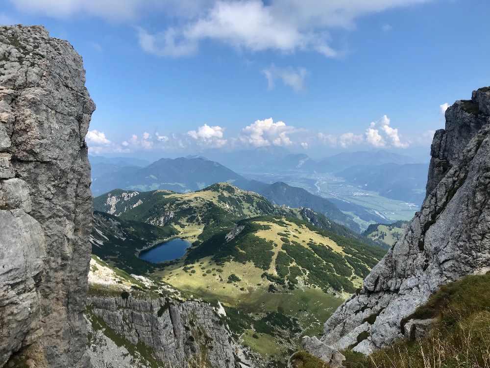 Bei der Wanderung vom Achensee zum Zireiner See siehst du den kleinen Bergsee von oben