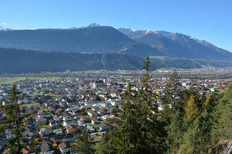 Der Blick über den Ort Zirl in Tirol, vom Kalvarienberg aus mit dem Inntal
