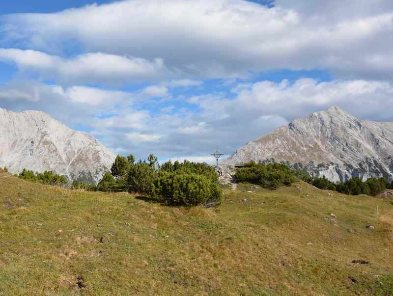 Über die Wiese auf den Zunterkopf wandern, oberhalb von Hall in Tirol