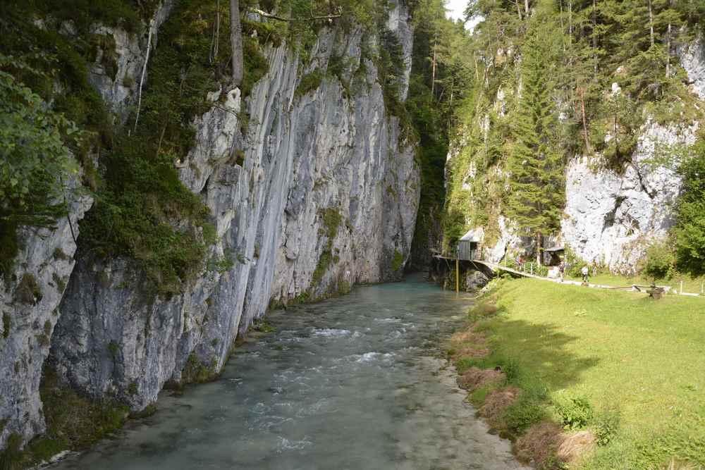 Nach 15 Minuten sieht man das erste Mal die Leutaschklamm - sie wurde 1830 erschlossen. Hier beginnt der sogenannte Wasserfallsteig.