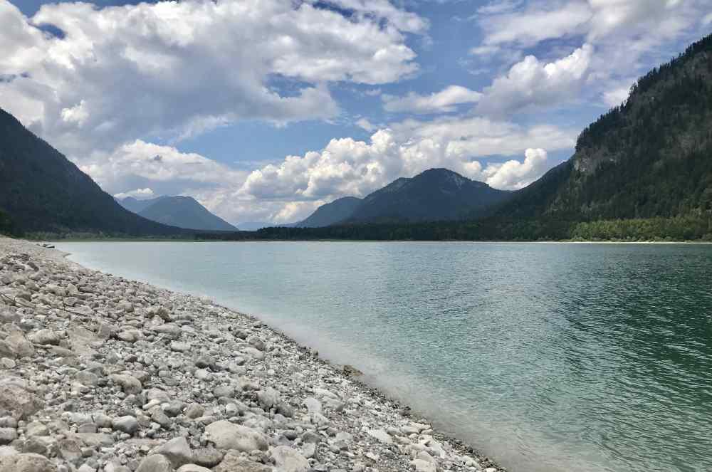 Am Sylvensteinsee am Ufer ein Stück wandern oder spazierengehen